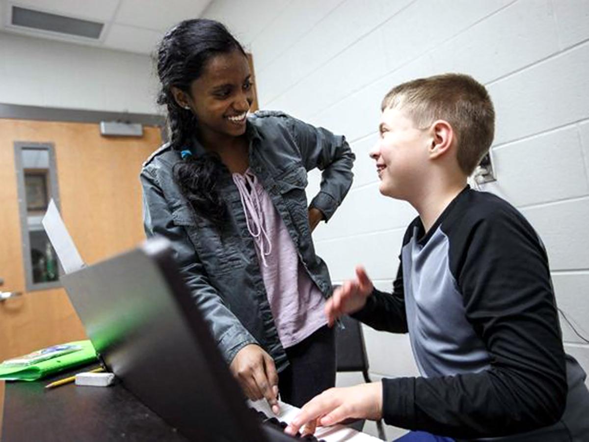 医師を目指している高校生が地元の発達障害の子にピアノを教える