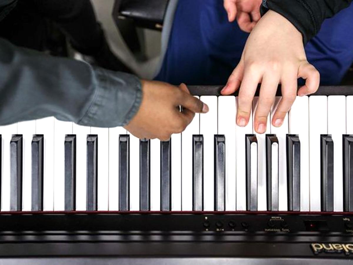 医師を目指している高校生が地元の発達障害の子にピアノを教える p4-1