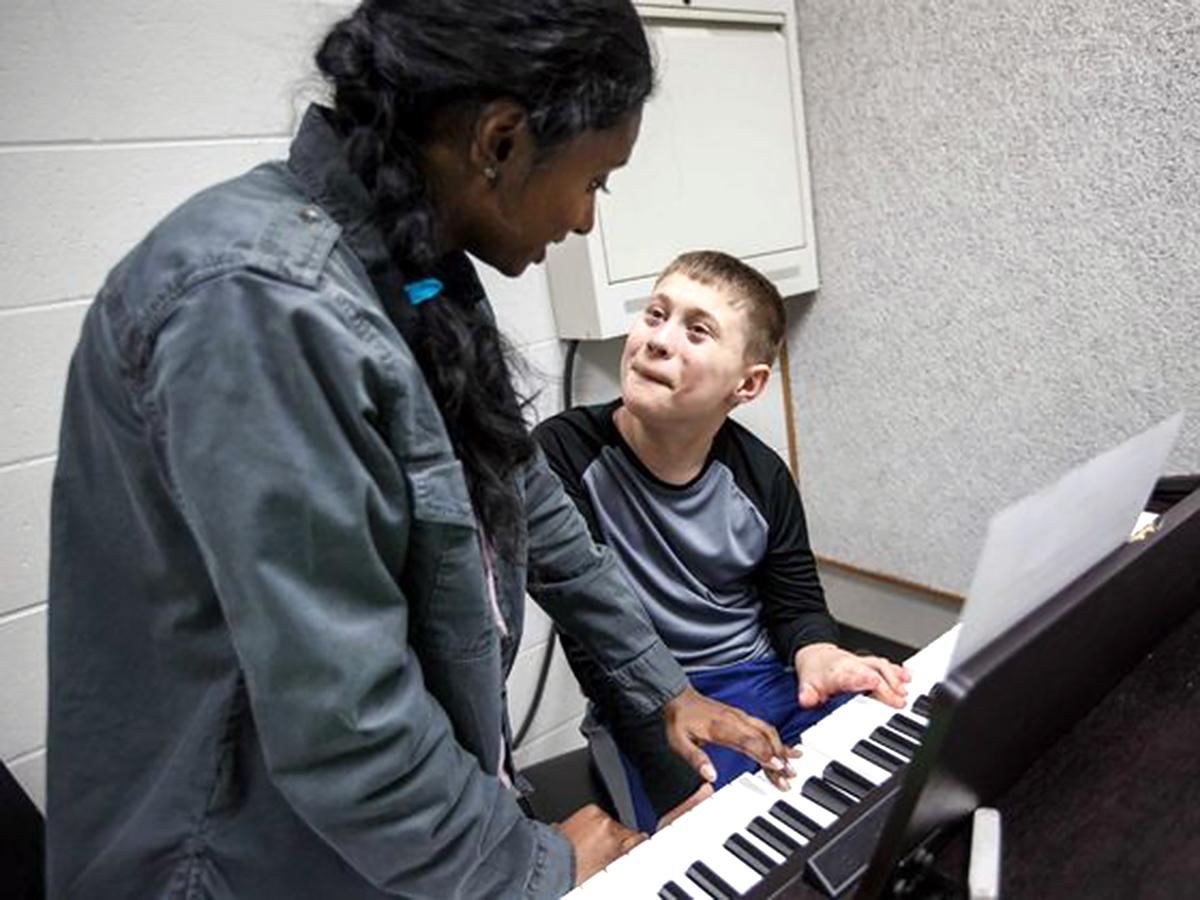 医師を目指している高校生が地元の発達障害の子にピアノを教える p5