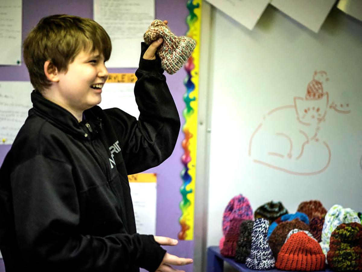 発達障害の子どもたちは帽子を作って社会の一員であることを知る