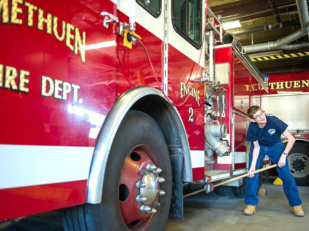 消防士だった父親を慕う知的障害の青年が消防署でボランティア s2-2