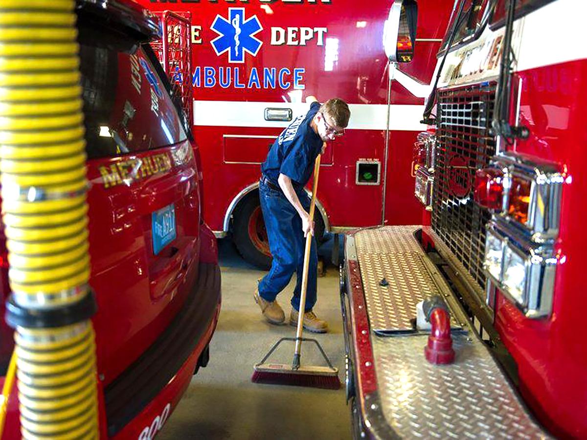 消防士だった父親を慕う知的障害の青年が消防署でボランティア s3-2