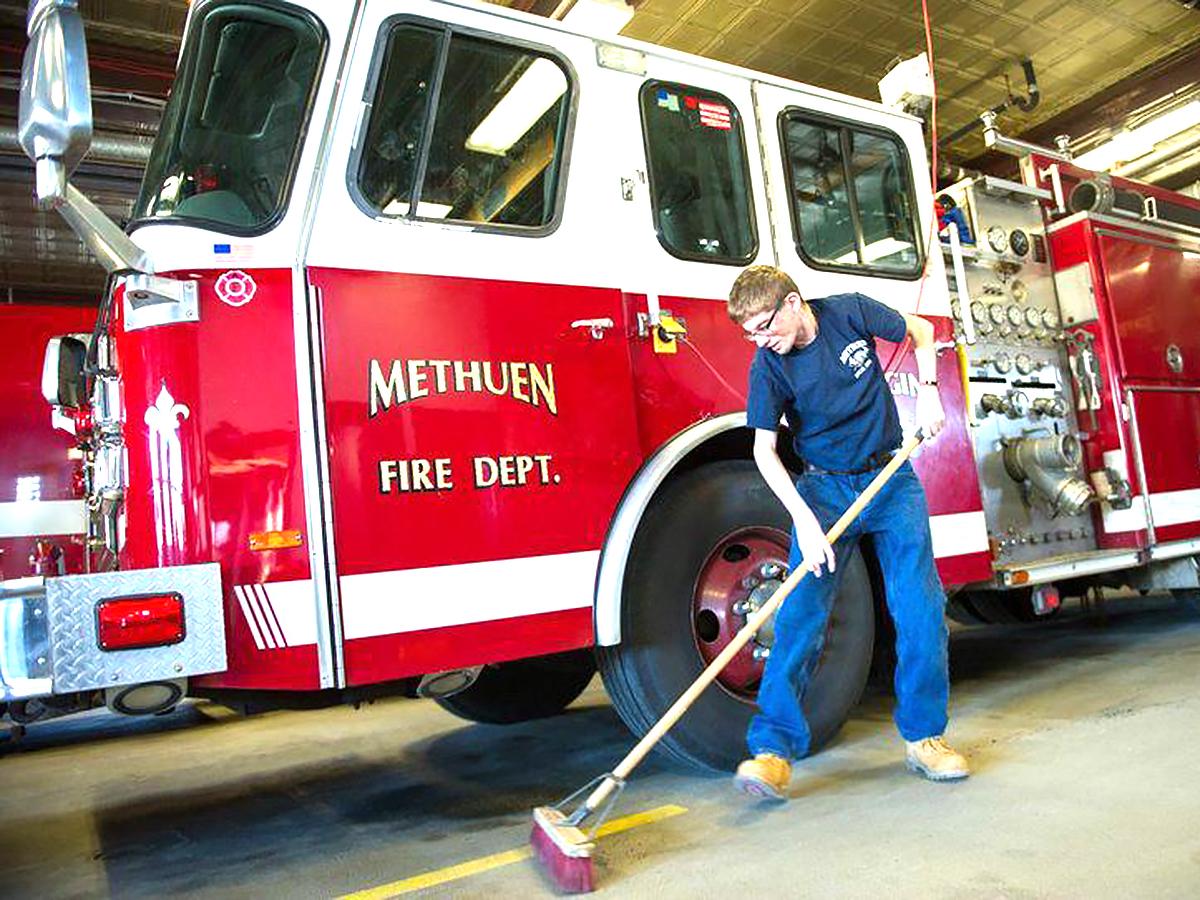 消防士だった父親を慕う知的障害の青年が消防署でボランティア