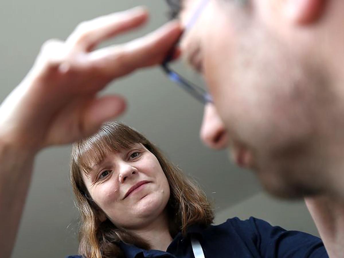 コミュニケーションが大事。訪問して発達障害の人のメガネを作る