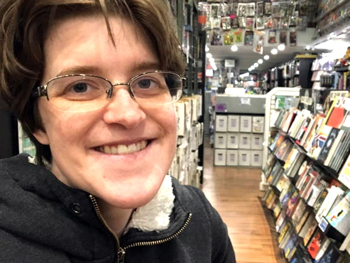 発達障害の少女は通い続け、コミック書店の店員として採用される