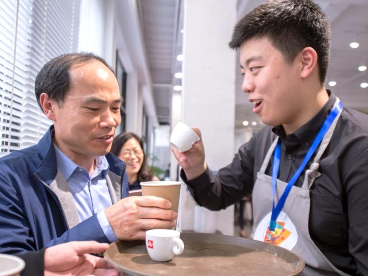 研修を受けた100名がお客の発達障害の人が学べる中国のカフェ
