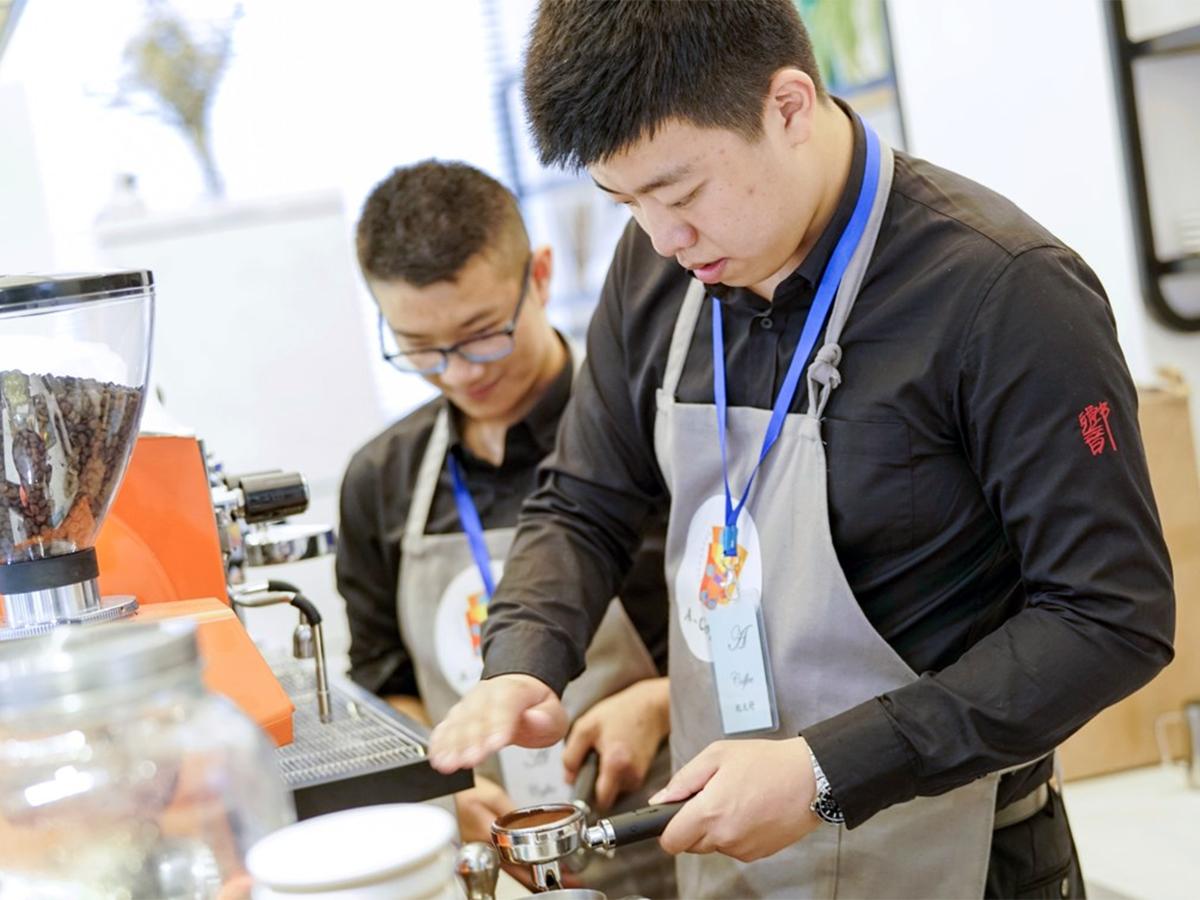 研修を受けた100名がお客の発達障害の人が学べる中国のカフェ c2-3