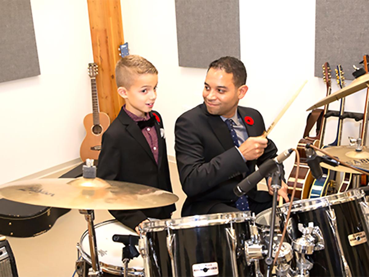 発達障害の子たちが静かな部屋で音楽療法
