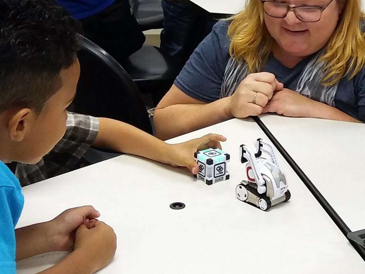 発達障害の子たちの学習には、ロボットがその姿や動きで役に立つ