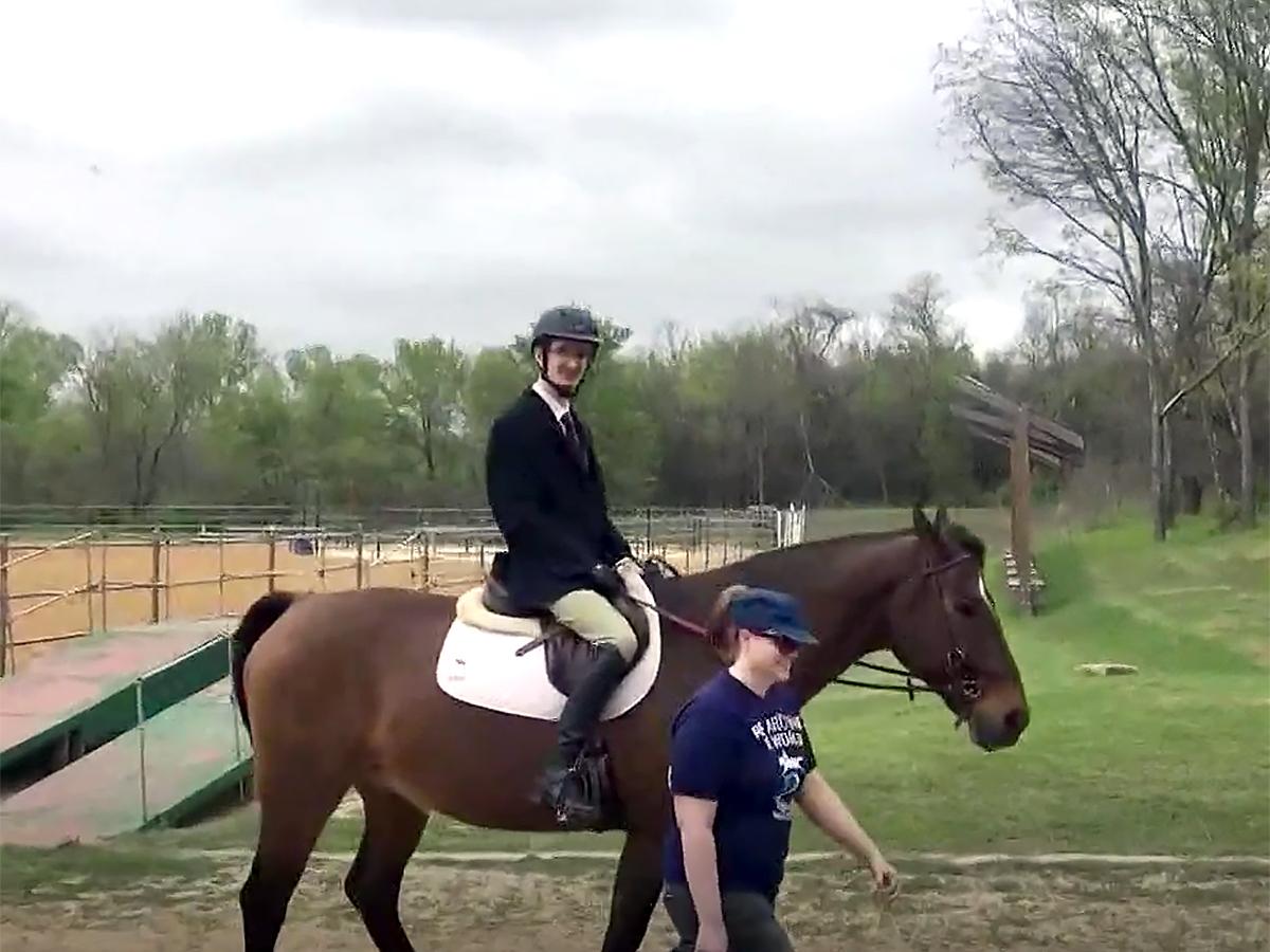 発達障害の青年は馬の療育でコミュニケーションを学び自信もつく u11