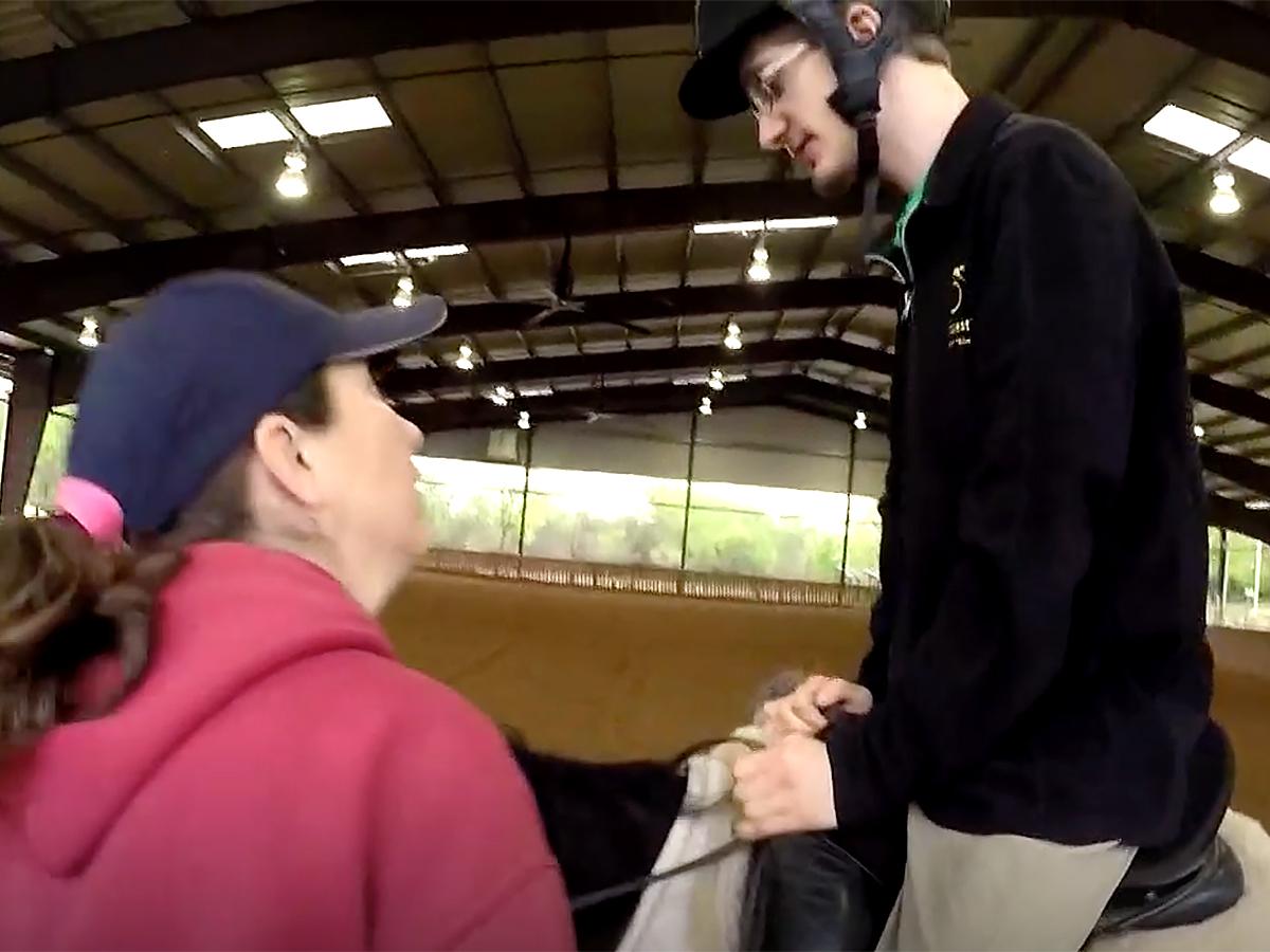 発達障害の青年は馬の療育でコミュニケーションを学び自信もつく u12