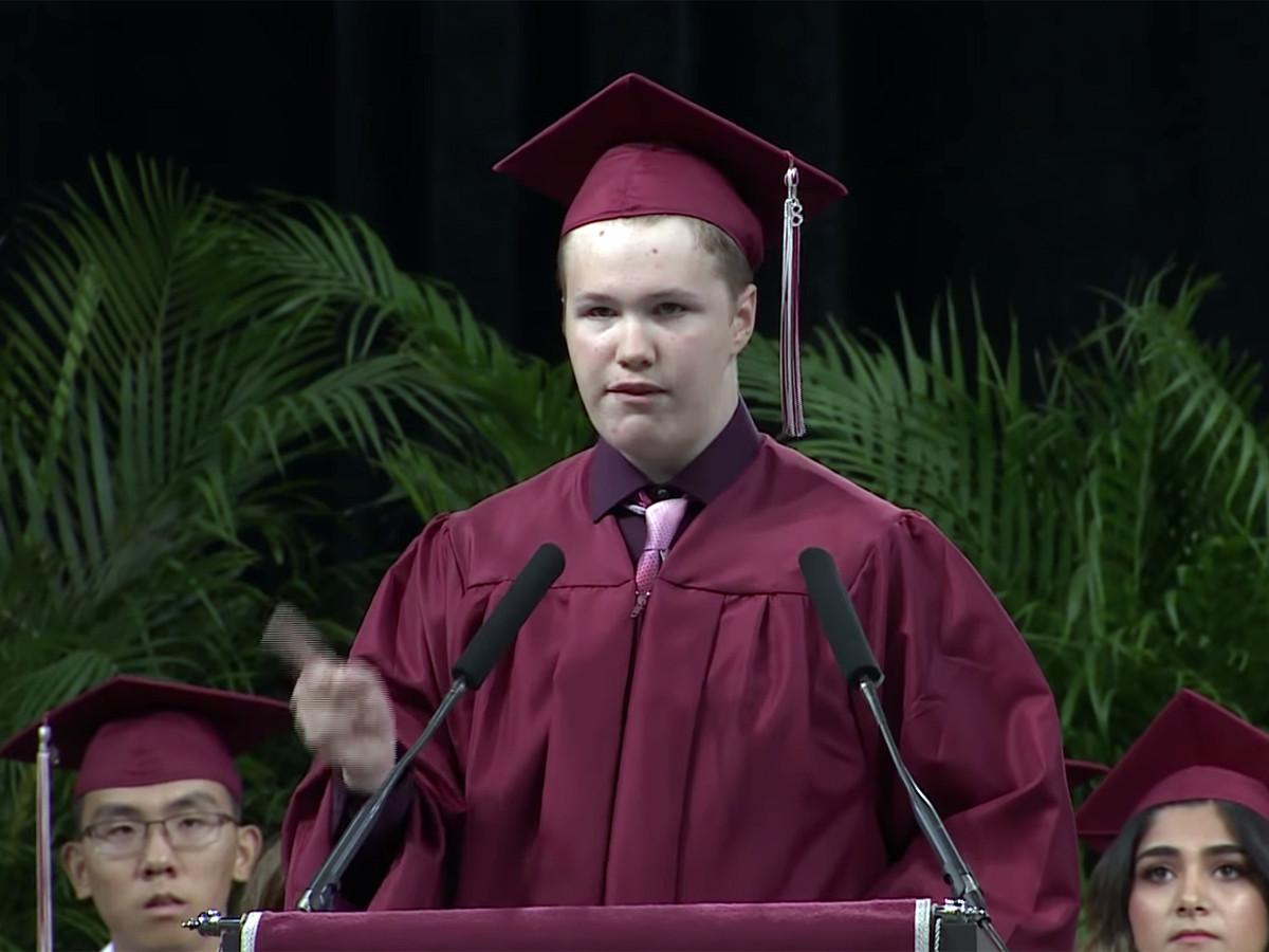 予想外の卒業スピーチ、発達障害の高校生が予想外のメッセージ