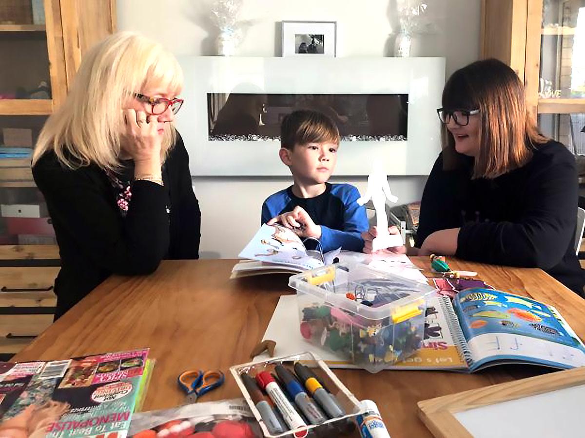 発達障害の息子と母親はテイラー・スウィフトで自宅で安全に学習 a1-2