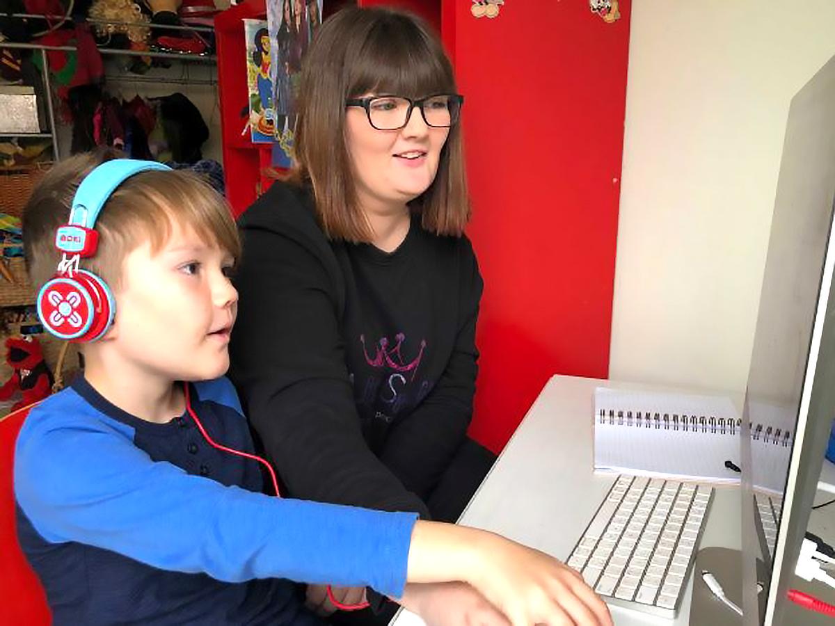 発達障害の息子と母親はテイラー・スウィフトで自宅で安全に学習 a3-2