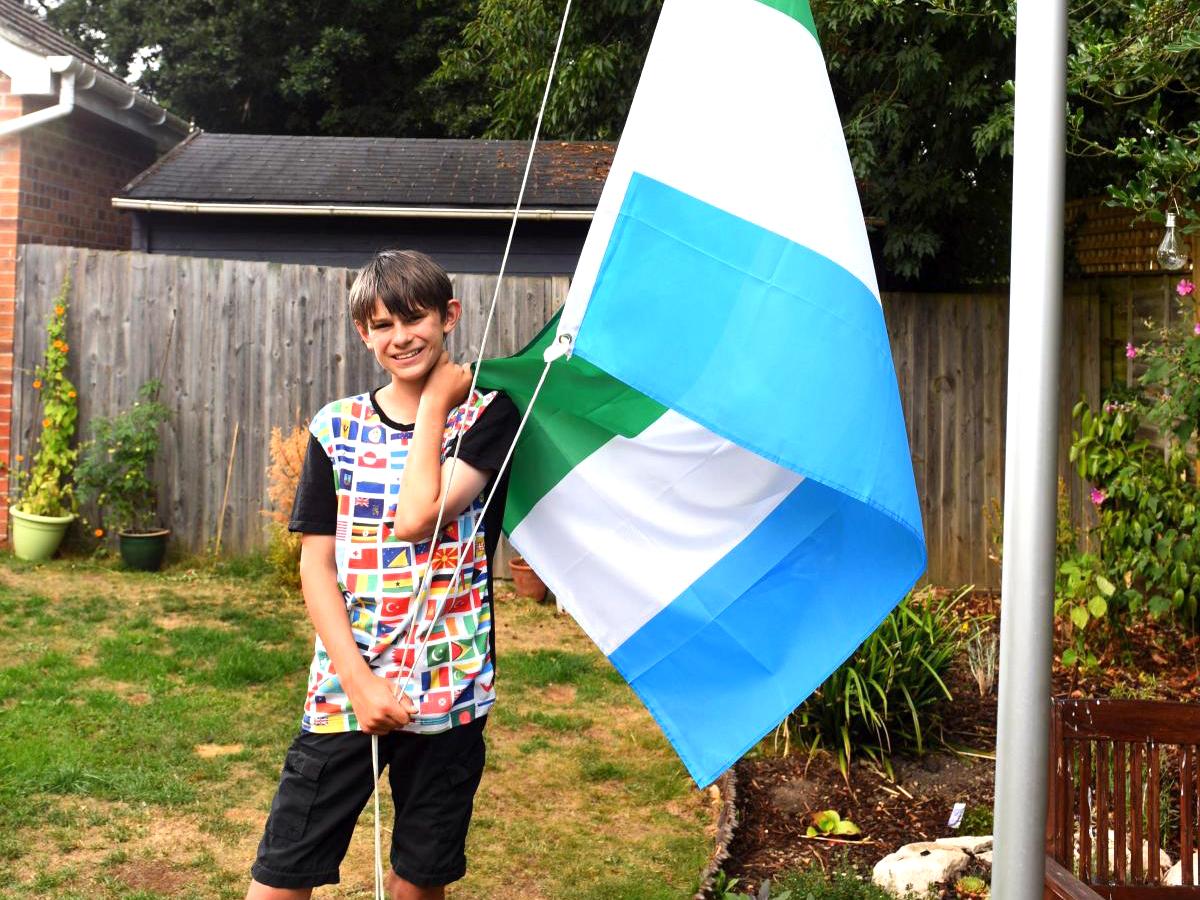 発達障害の少年は集めた世界中の国旗に囲まれ安心して生活できる f1-1