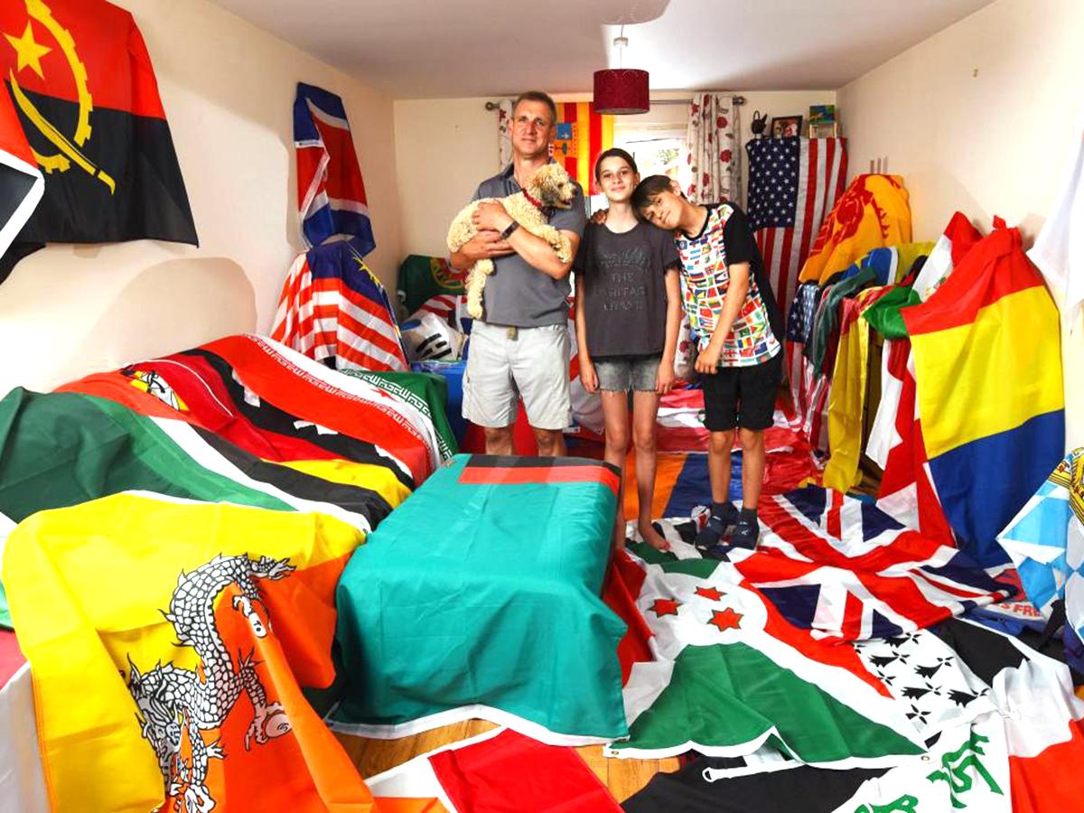 発達障害の少年は集めた世界中の国旗に囲まれ安心して生活できる f2