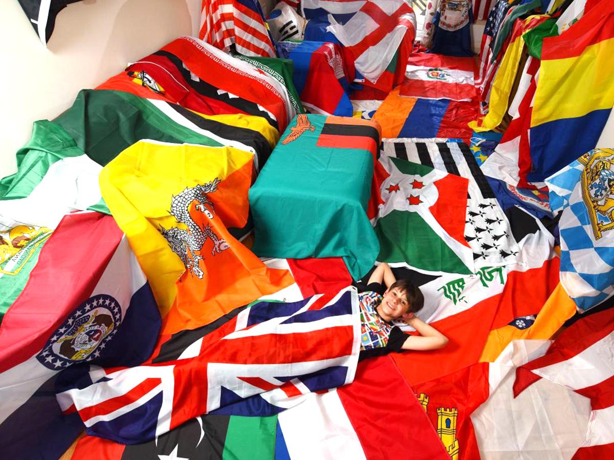 発達障害の少年は集めた世界中の国旗に囲まれ安心して生活できる f4