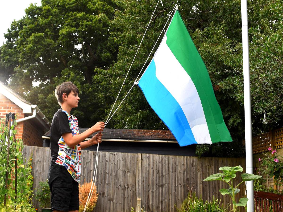 発達障害の少年は集めた世界中の国旗に囲まれ安心して生活できる f5