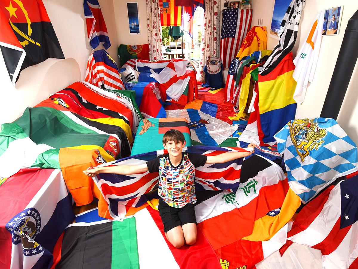 発達障害の少年は集めた世界中の国旗に囲まれ安心して生活できる f6