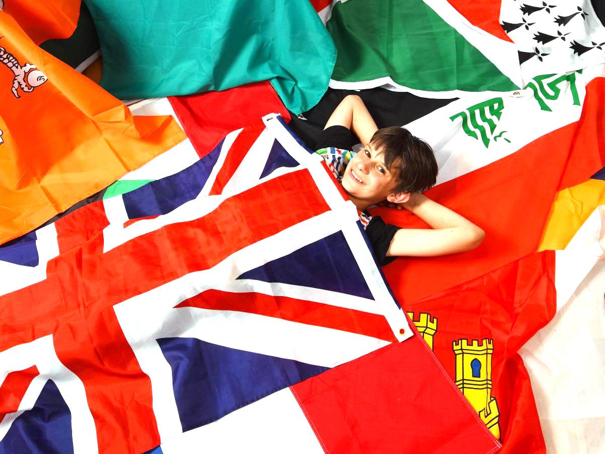 発達障害の少年は集めた世界中の国旗に囲まれ安心して生活できる f7