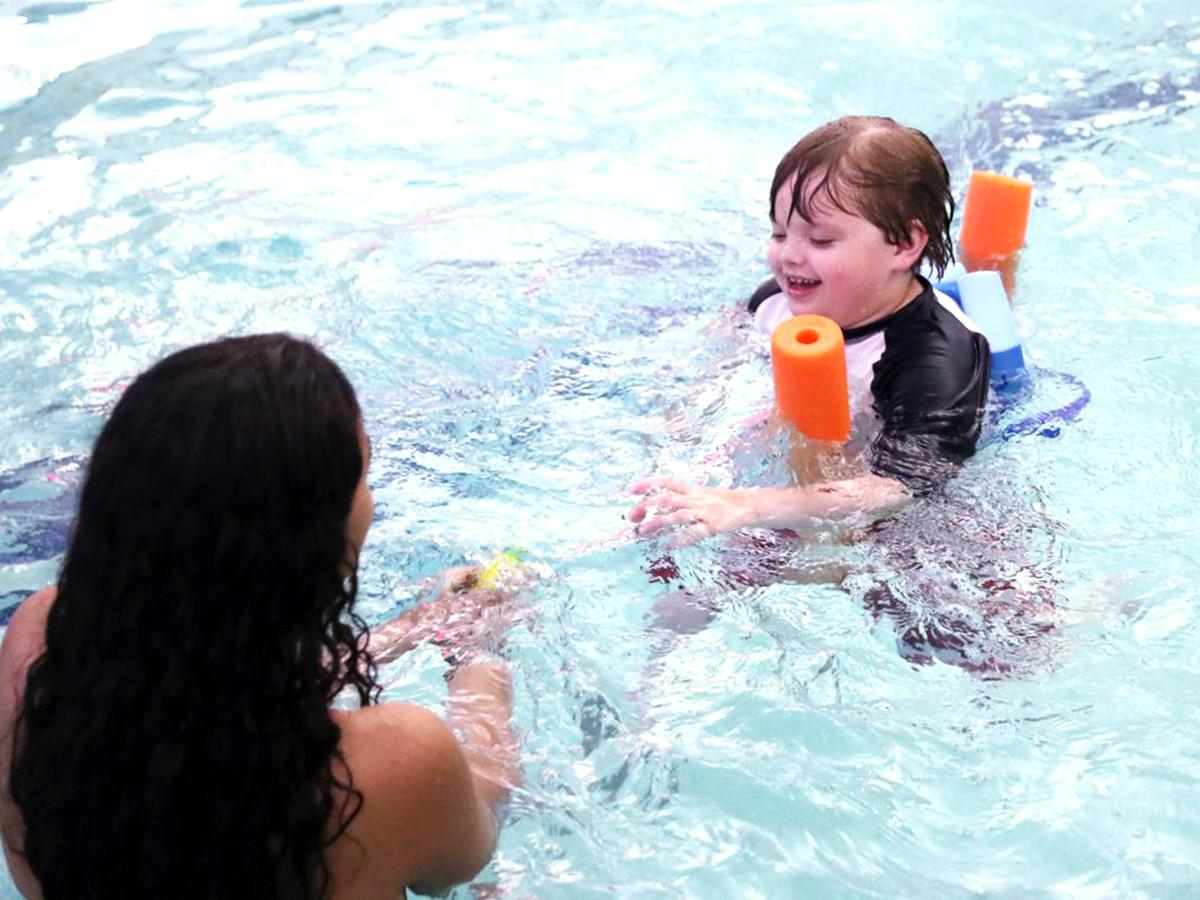 発達障害の子どもたちが水に落ちても安全でいられるように教える s1