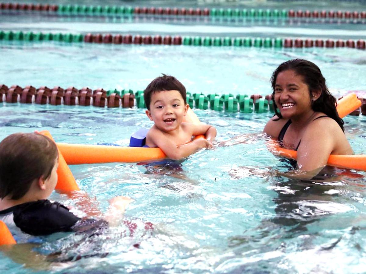 発達障害の子どもたちが水に落ちても安全でいられるように教える