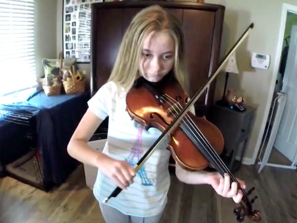 少女はバイオリンを弾くことが発達障害への対応に役立っている v10