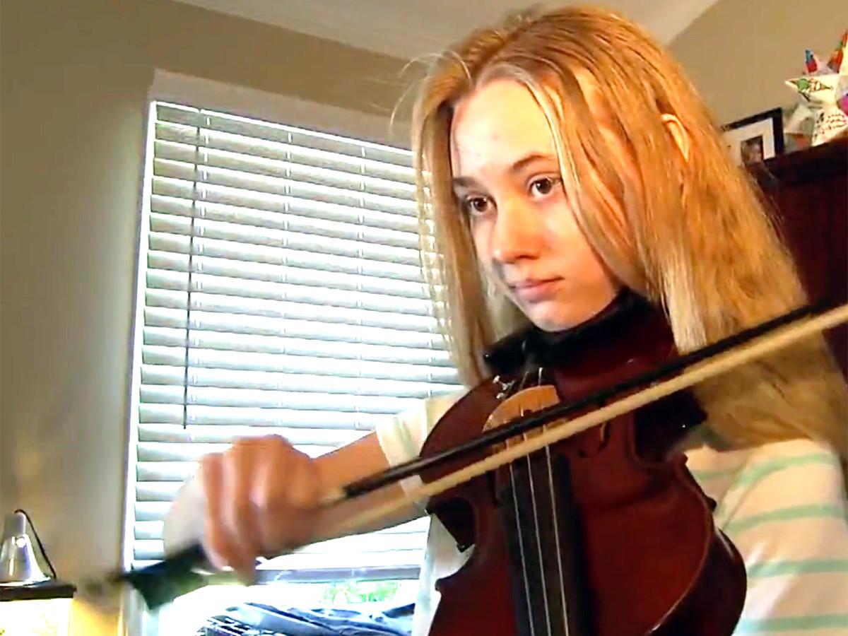 少女はバイオリンを弾くことが発達障害への対応に役立っている