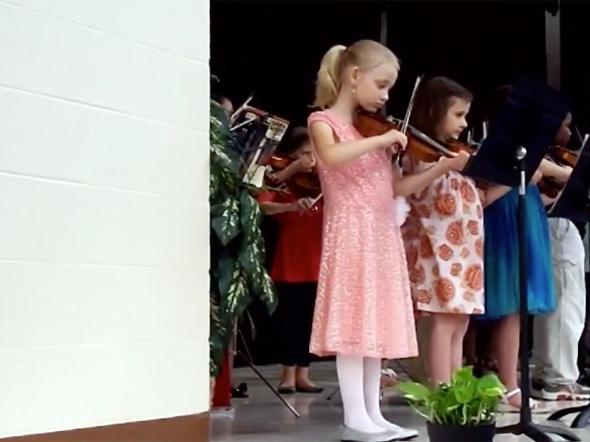 少女はバイオリンを弾くことが発達障害への対応に役立っている vc