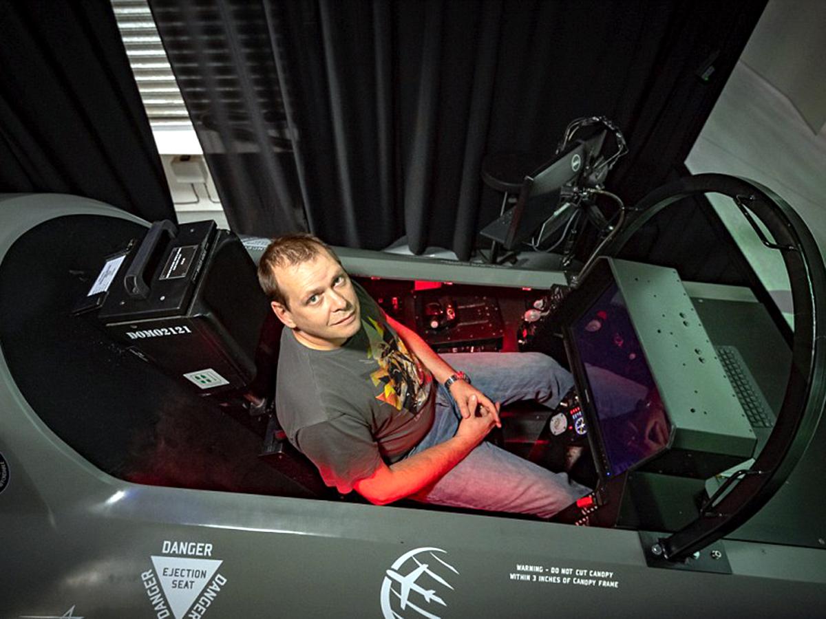 アスペルガーの男性が検索画像から最新戦闘機シミュレータを作る f10