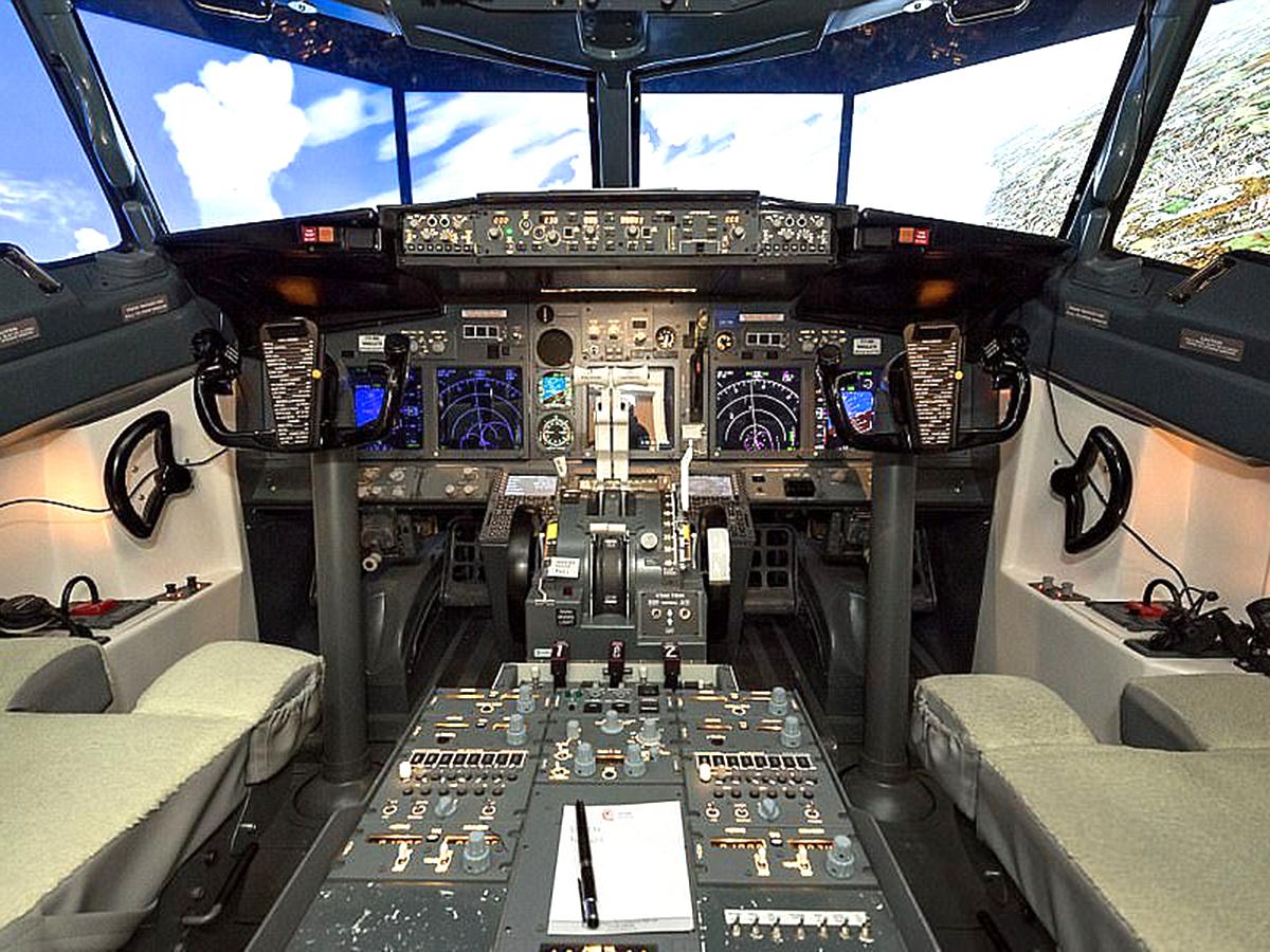アスペルガーの男性が検索画像から最新戦闘機シミュレータを作る f3-1