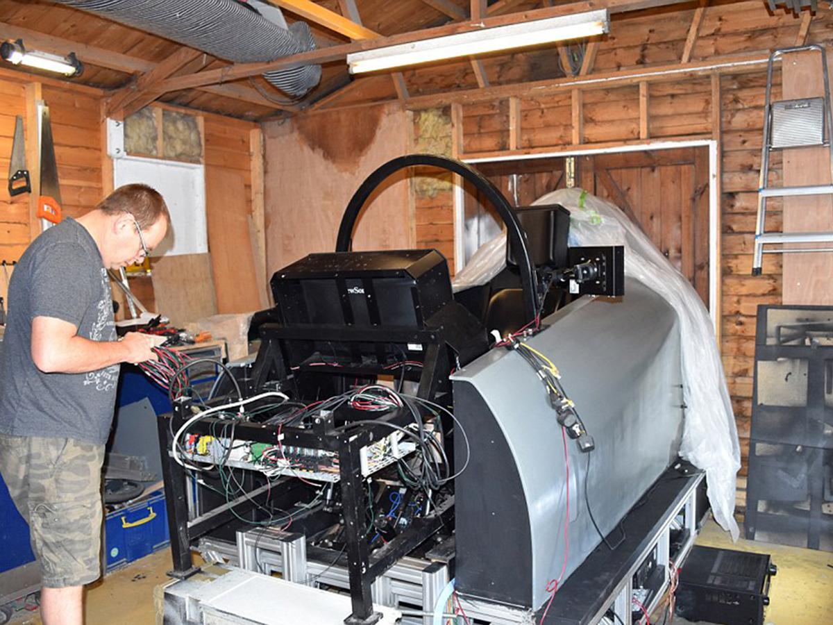 アスペルガーの男性が検索画像から最新戦闘機シミュレータを作る f6-1