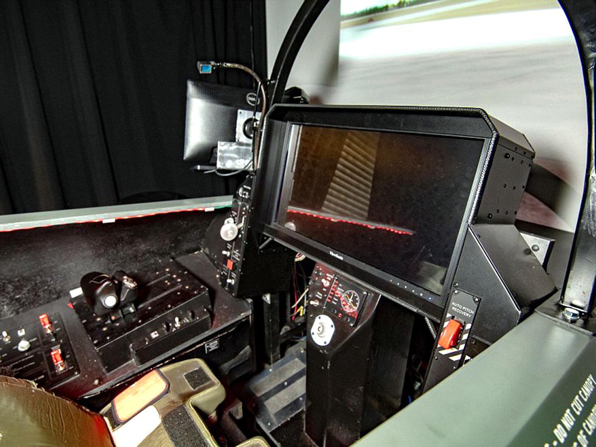 アスペルガーの男性が検索画像から最新戦闘機シミュレータを作る f8