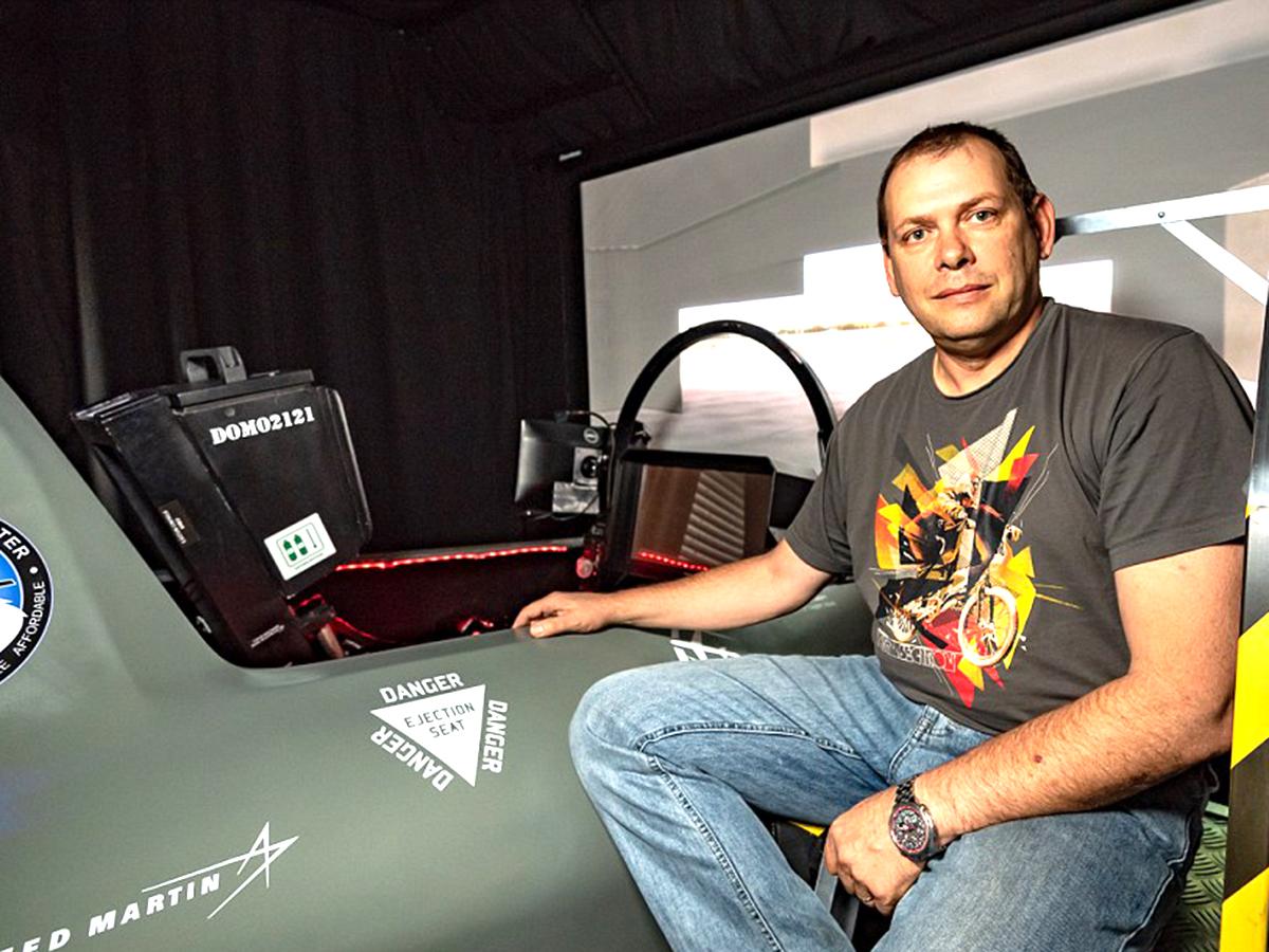アスペルガーの男性が検索画像から最新戦闘機シミュレータを作る f9