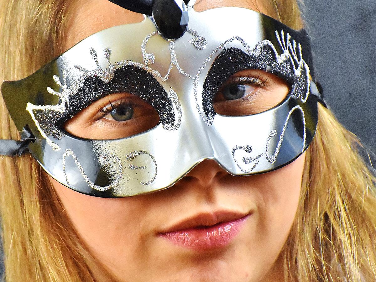 発達障害の人の「マスキング」大きな代償が必要なマスクはとろう