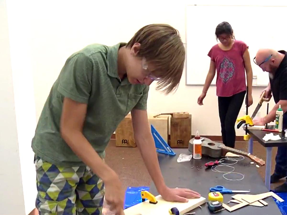 発達障害の子どもたちが楽器づくりのキャンプでいろいろ学ぶ m4