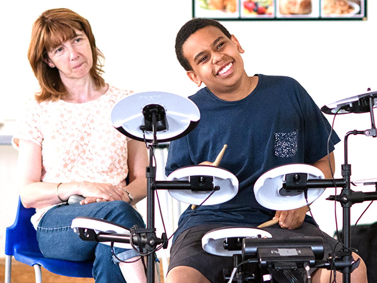 1週間に60分、ドラムをたたくと発達障害の子たちによい効果 d2