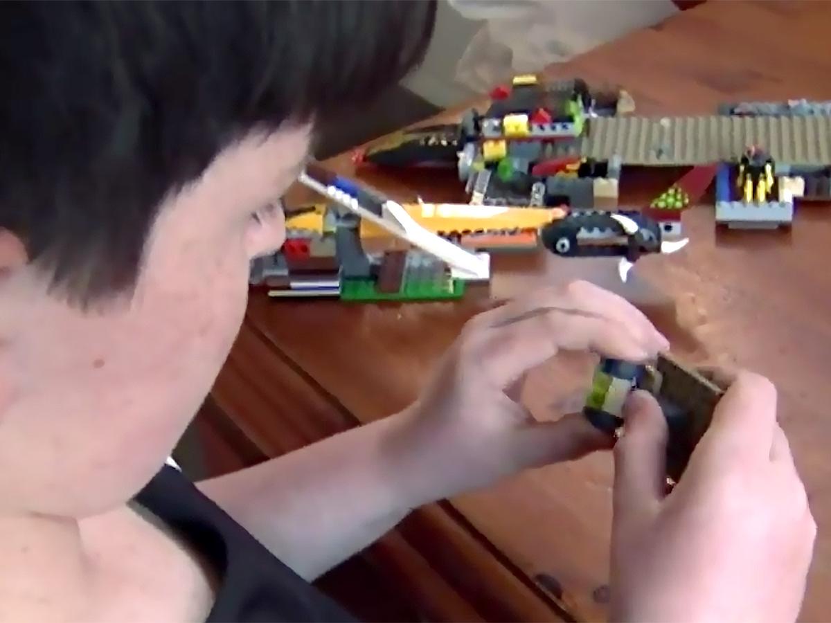 発達障害の子に社会性や自信をつけるレゴの利用を先生たちが学ぶ