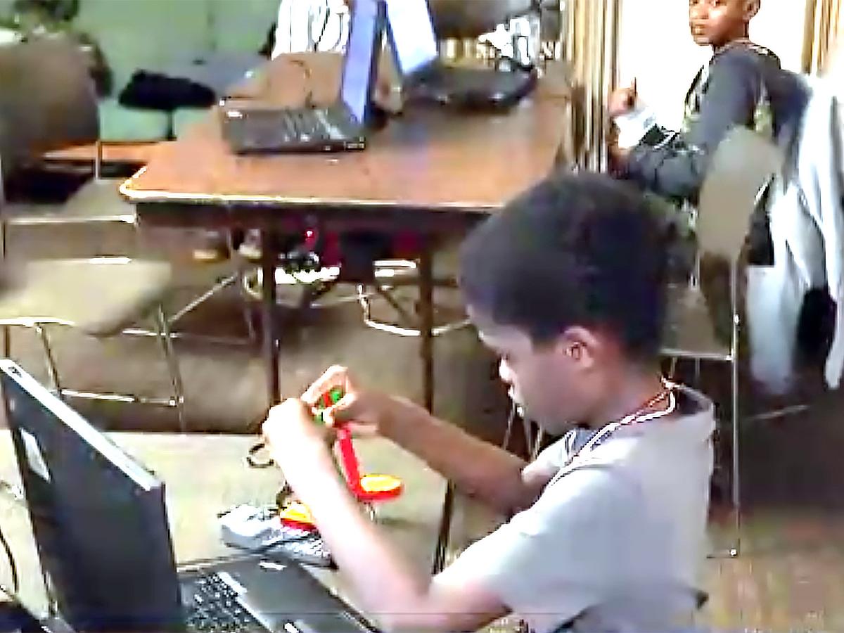 発達障害の子とそうでない子がペアを組んでSTEMで成長する