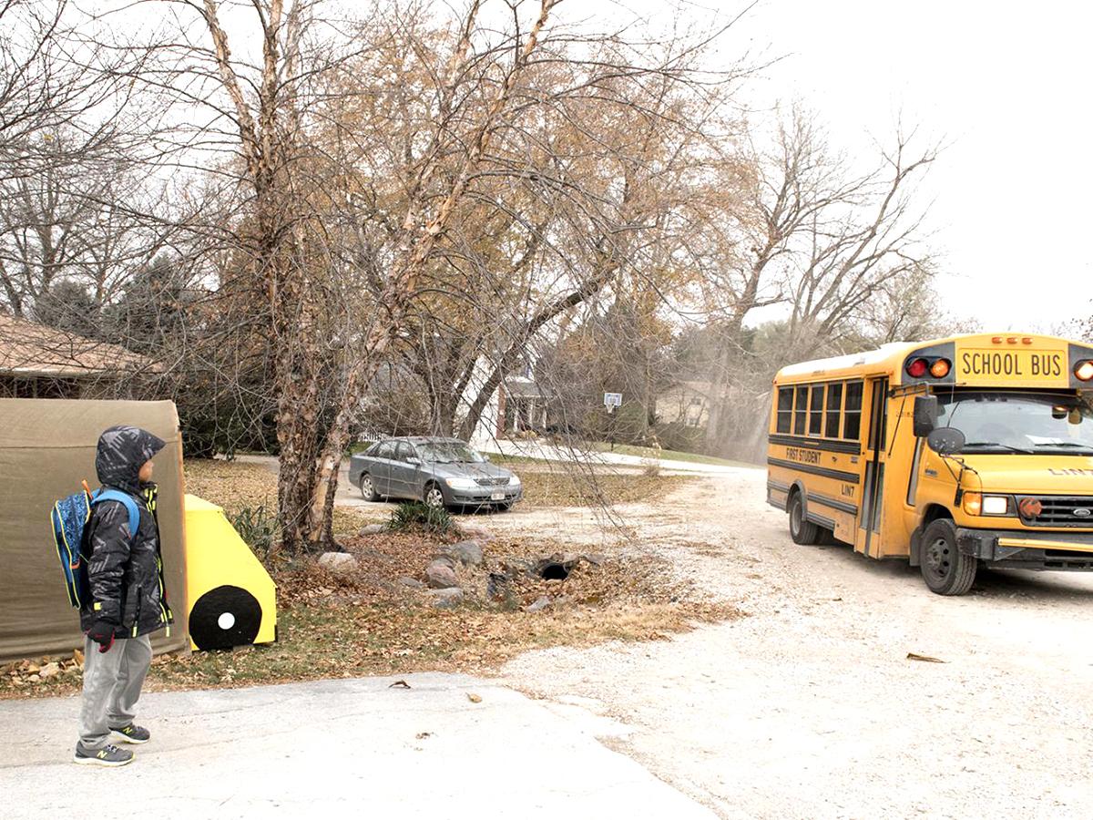発達障害の子にバスを安全に待っていられるようにと贈られたバス