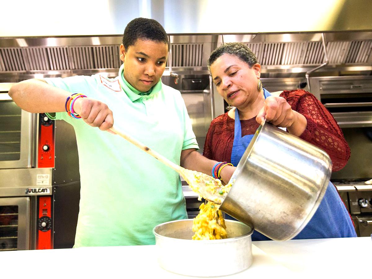 発達障害の人たちが無料の料理教室で社会性も学び自信もつける