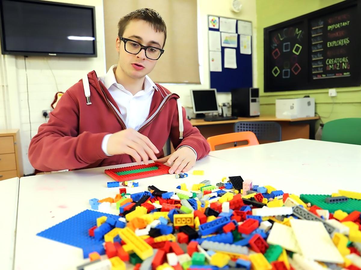 発達障害の子が役割をもって一緒に組み立てて学ぶ。レゴの療育