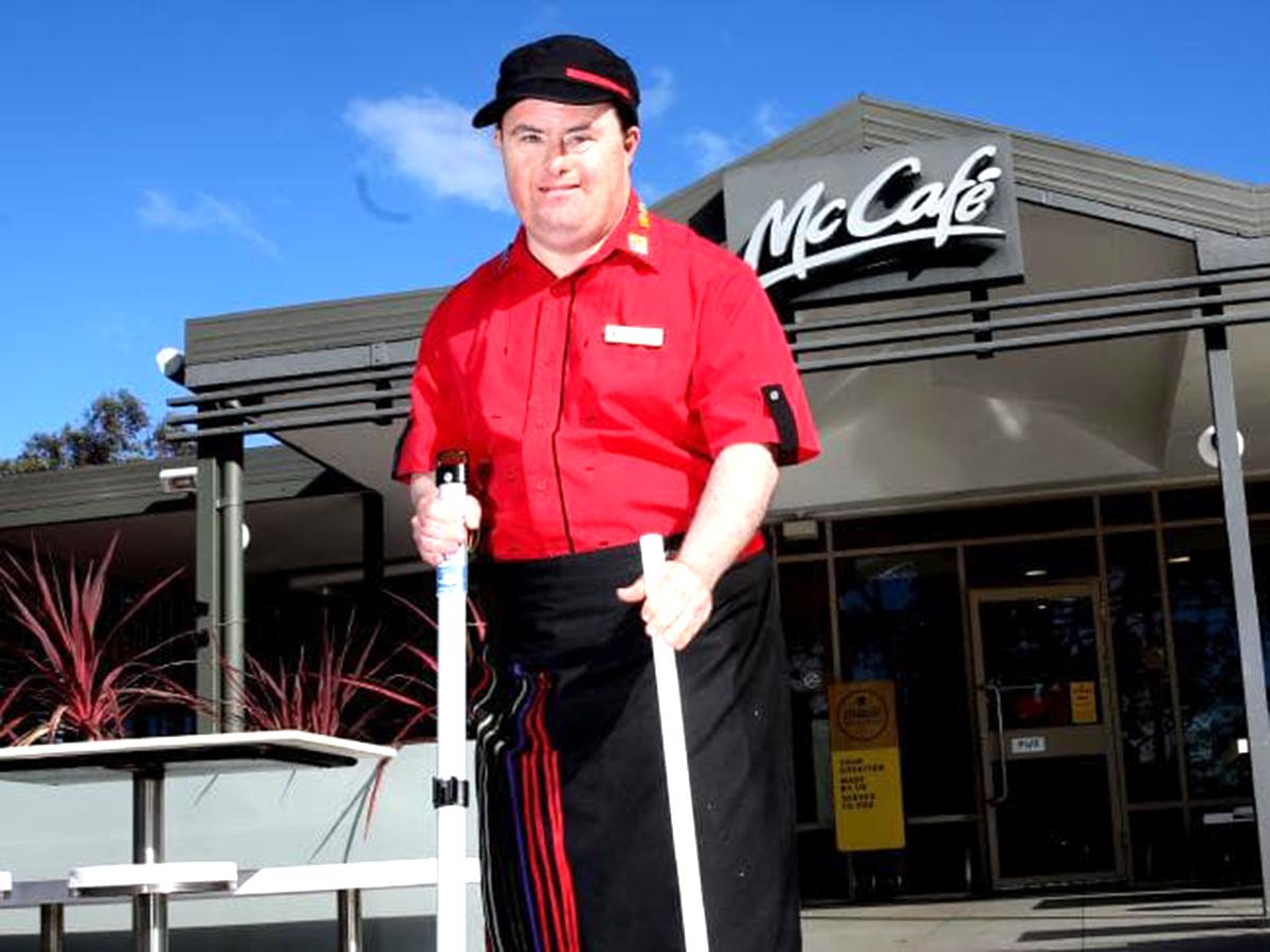 知的障害者への就業支援でマクドナルドの人気店員に。32年働く