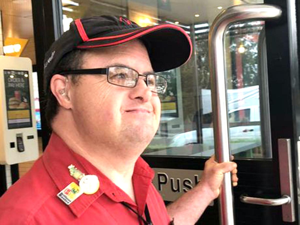 知的障害者への就業支援でマクドナルドの人気店員に。32年働く m3-1