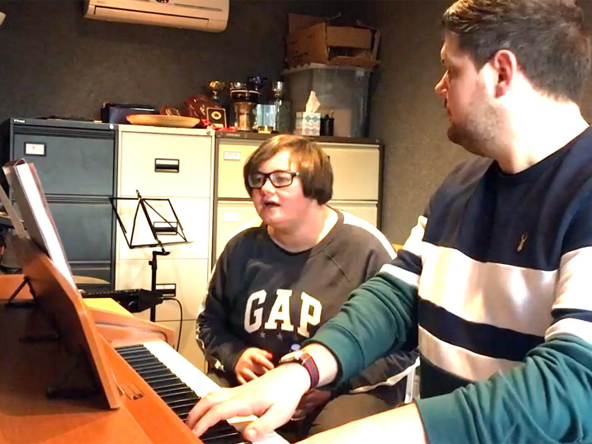 発達障害の女性が自らのことを歌ったネット投稿動画が人気に