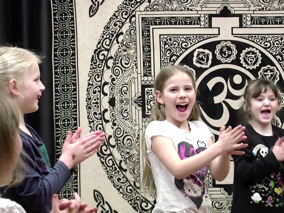 発達障害の女の子はヨガをして「幸せな感じになれるのが好き」 y10