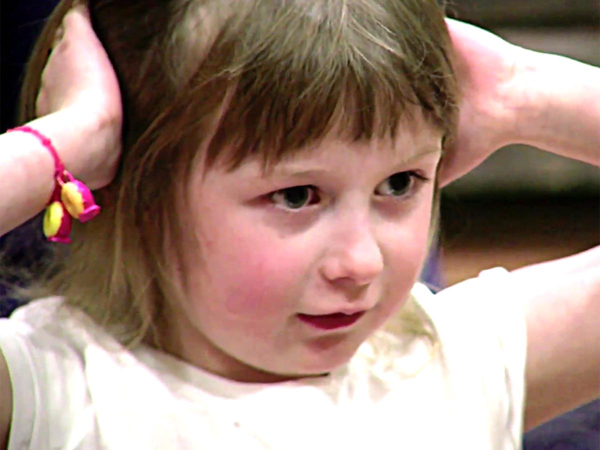 発達障害の女の子はヨガをして「幸せな感じになれるのが好き」 y7