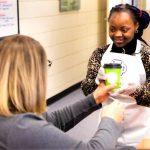 知的障害のある生徒たちが学校でコーヒーを販売し学ぶ機会に