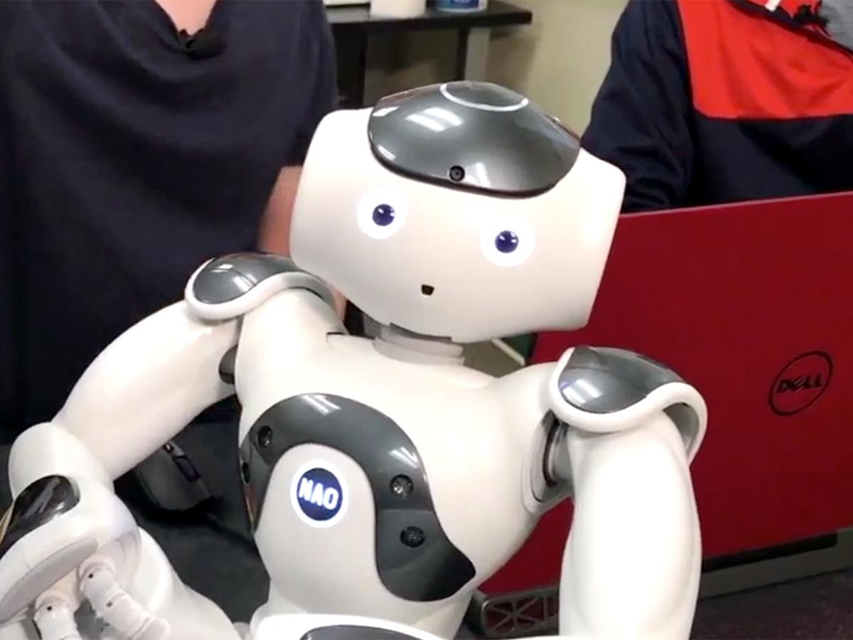 発達障害の子どもたちを助けたいと双子兄弟が取り組むロボット r2