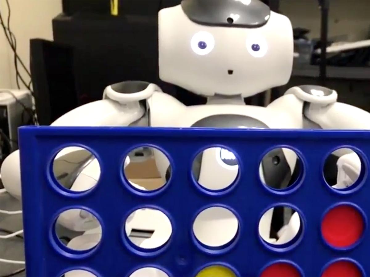 発達障害の子どもたちを助けたいと双子兄弟が取り組むロボット r4